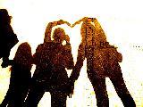 Immagine amici Amici che formano un cuore molto grande con le mani