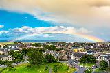 Immagine bello Arcobaleno bello sopra città e verde molto pittoreschi