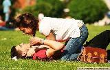 Immagine innamorati Innamorati sul prato che vivono un amore romantico