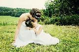 Immagine momento Momento tenero con bambina che si adagia sulla sposa