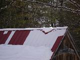 Immagine casa Neve a forma di cuore su tetto di casa