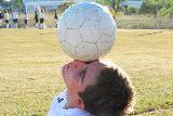Ragazzo con pallone in equilibrio su un occhio
