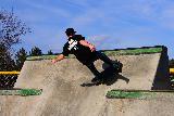Immagine fare Ragazzo con skateboard impegnato a fare skate in skatepark