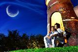 Immagine luna Sulla porta del faro per contemplare la luna