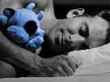 Immagine sogni Uomo tenerone che dorme con peluche e fa bei sogni